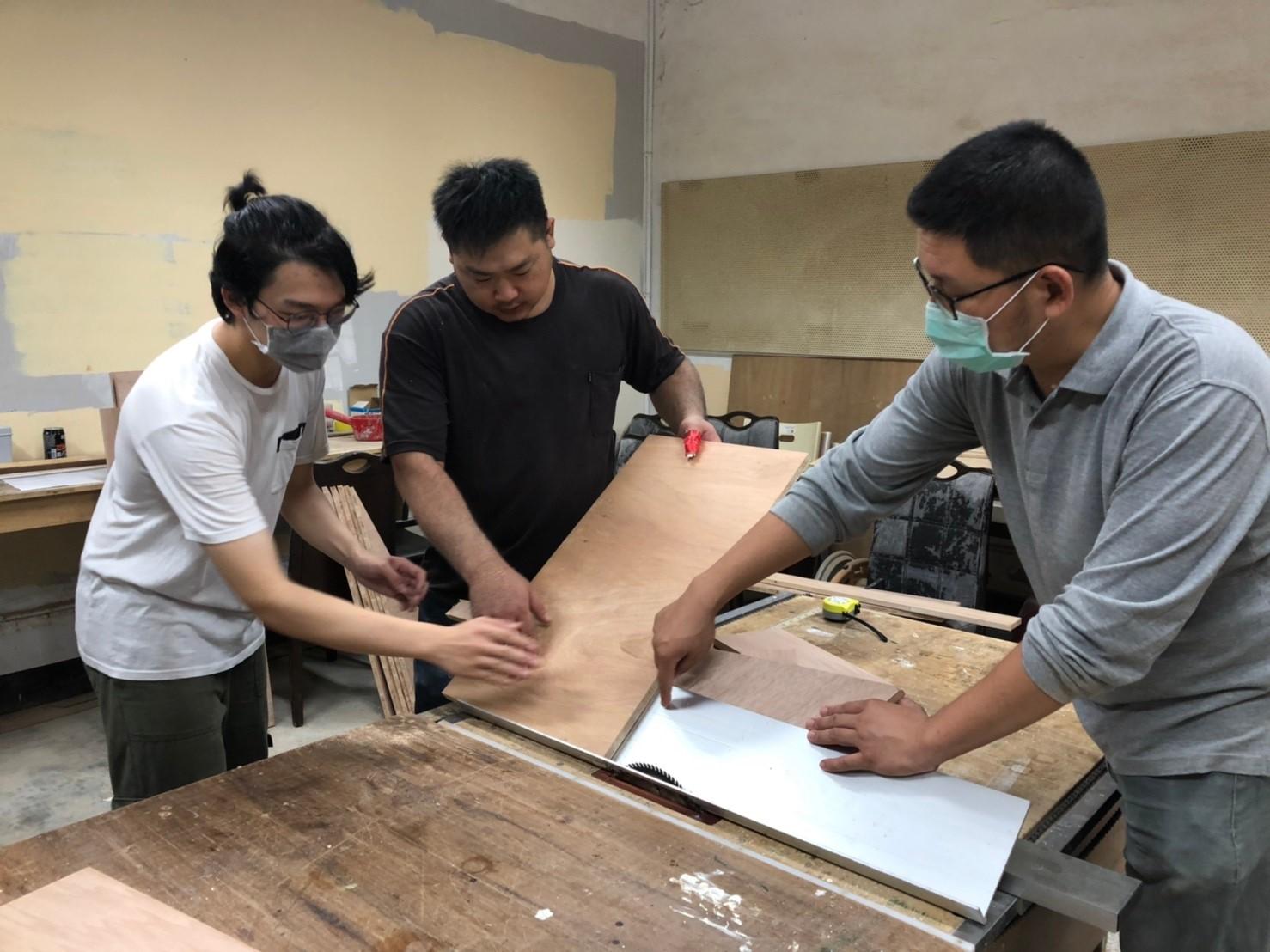 中原室設系學生與業師討論使用的材料與丈量.jpg