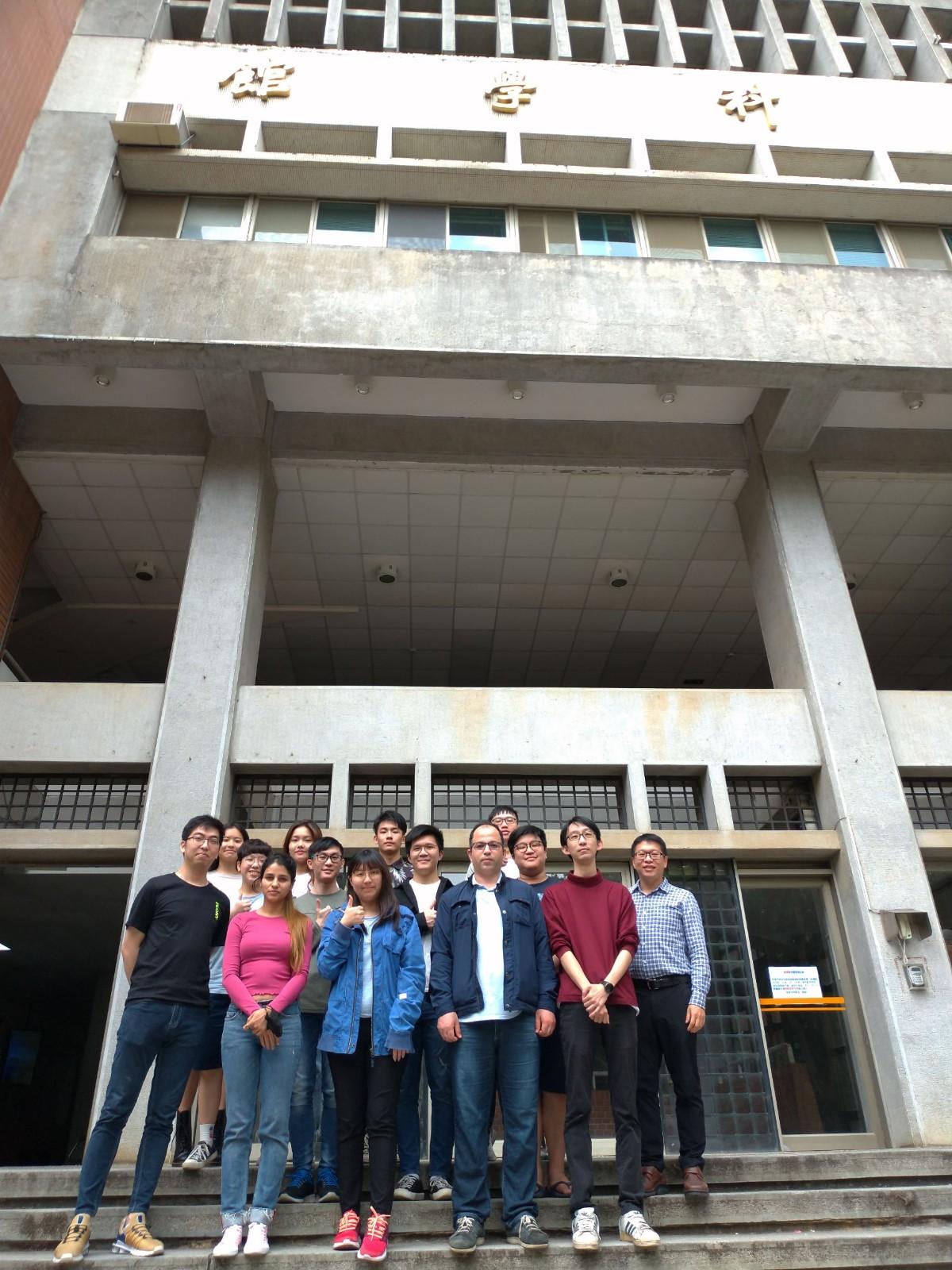 物理系張勝雄副教授(第二排右一)與實驗室(ODSOS LAB)學生合影。.jpg
