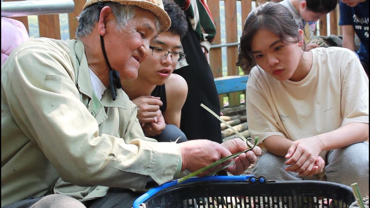 部落手藝實作體驗,復興鄉卡維蘭部落長者指導中原大學學生製作部落童玩。.jpg