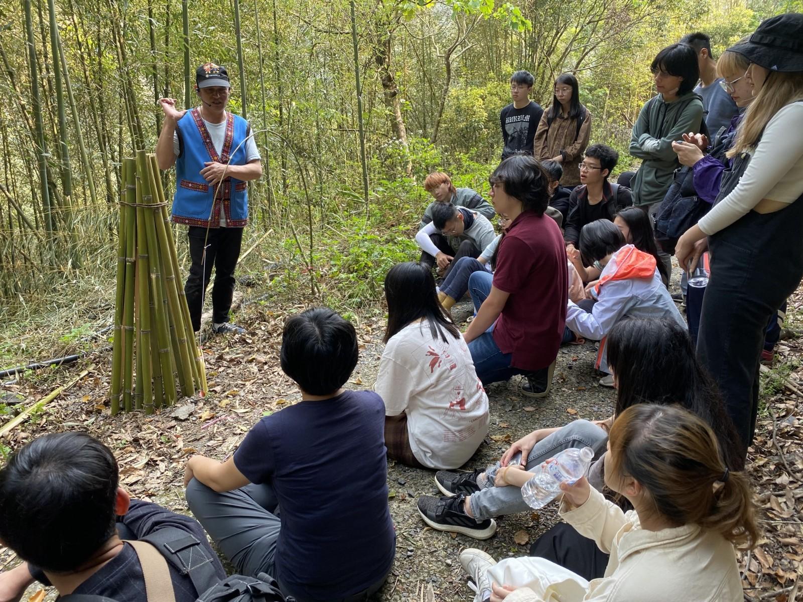 中原景觀大一學生用心聆聽卡維蘭部落獵人分享狩獵故事,更加認識部落生活型態。.jpg