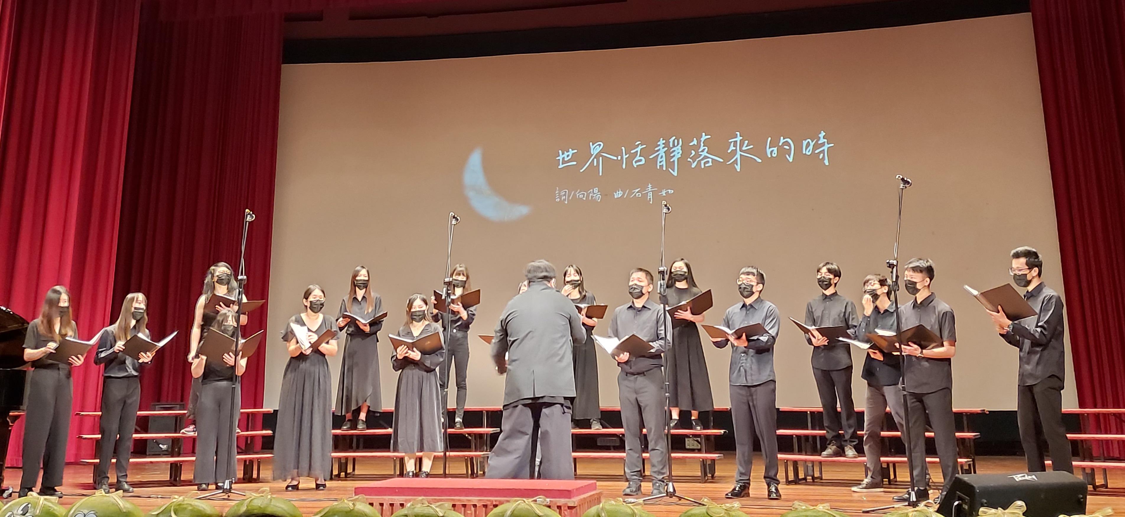 中原學生合唱團應邀上台為第60屆母親節合唱比賽獻詩。.jpg