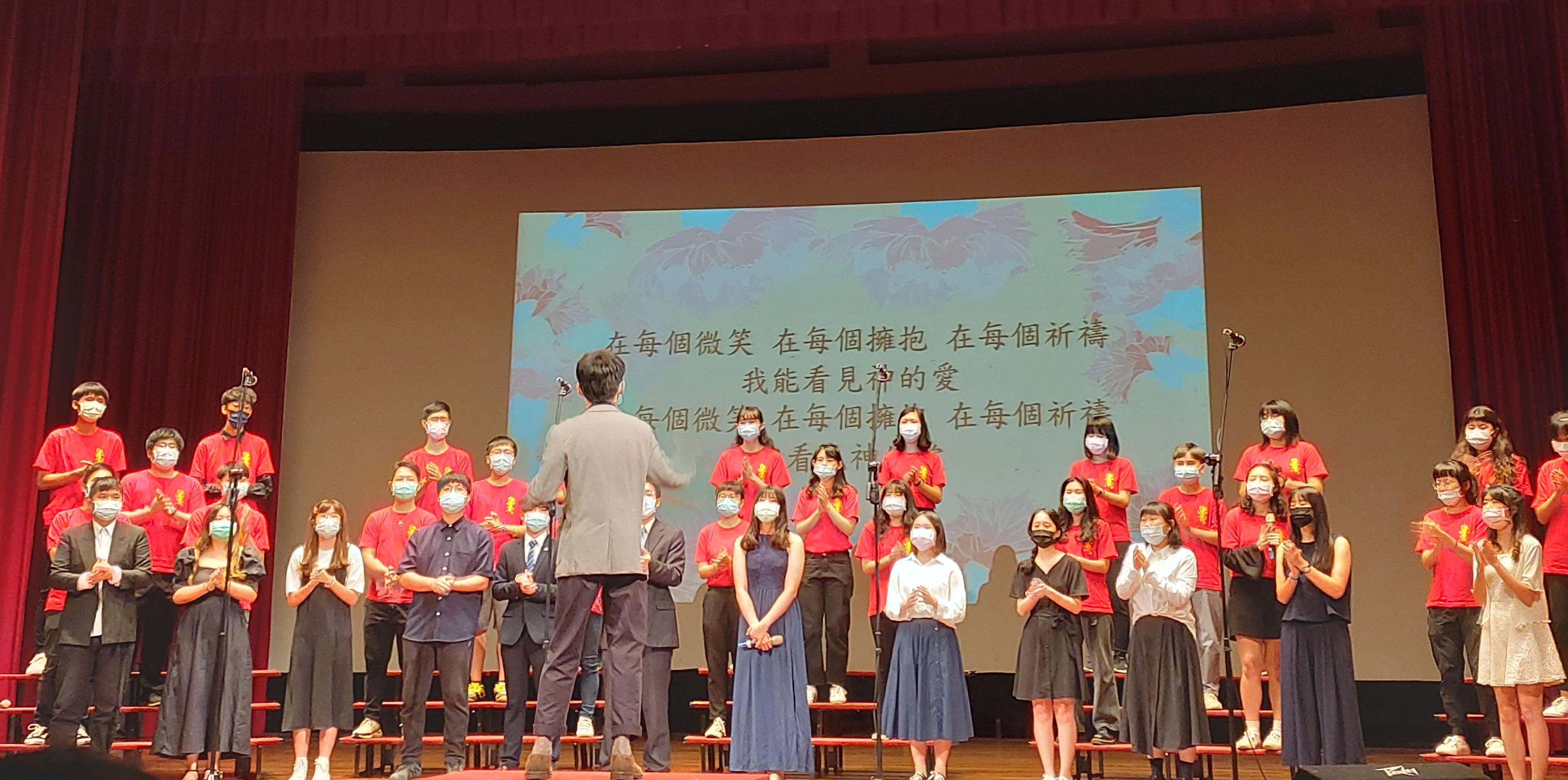 中原基督徒學生團契主辦第60屆母親節合唱比賽並上台演唱。.jpg