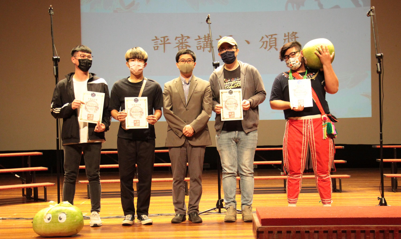 中原大學音樂產業碩士學程副主任簡山根頒發參加獎。.jpg