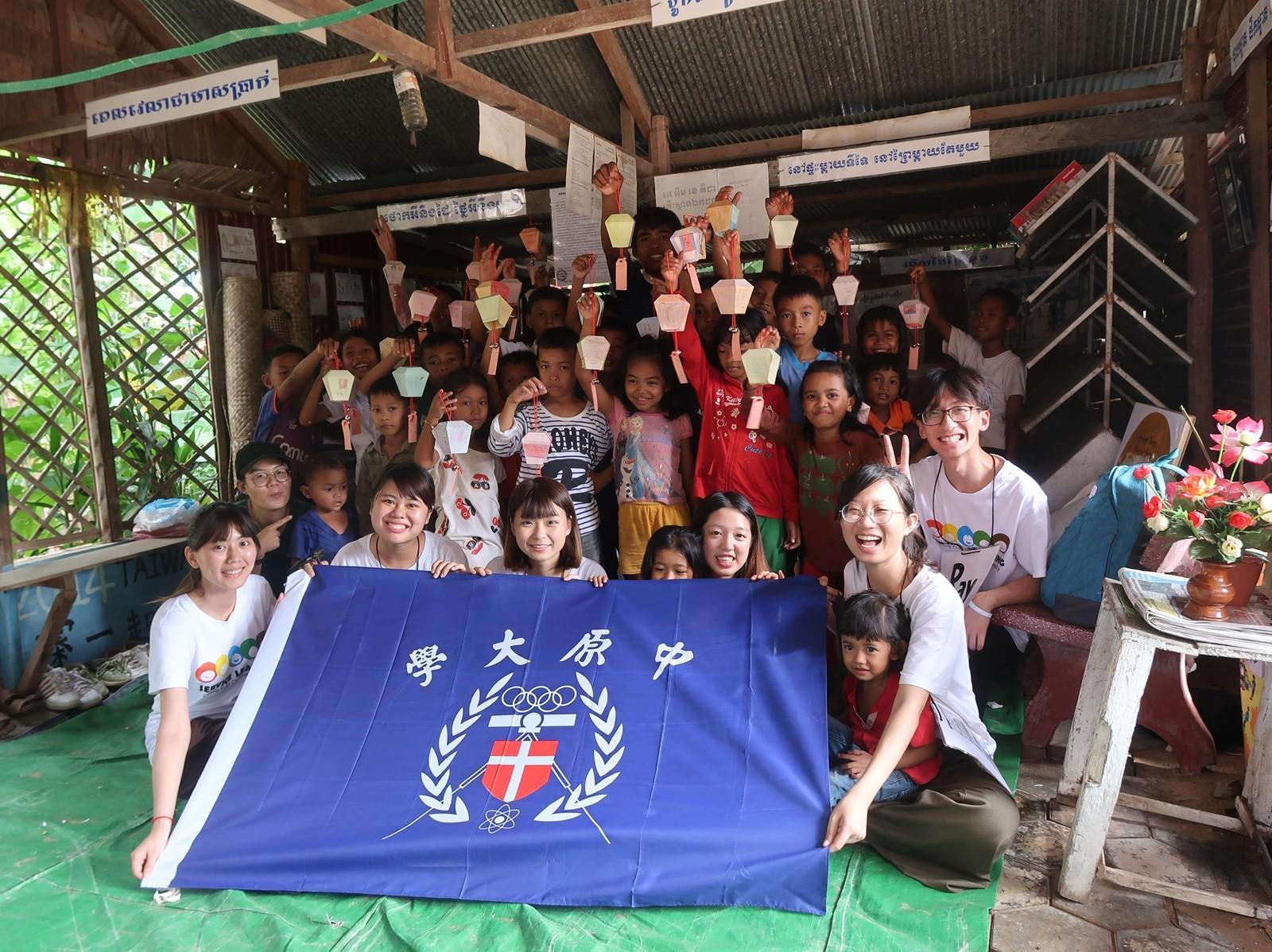 化工系曾立嫻同學(右一)曾擔任柬埔寨海外志工,更加深刻體會「學習不是只有在教室裡」。.JPG