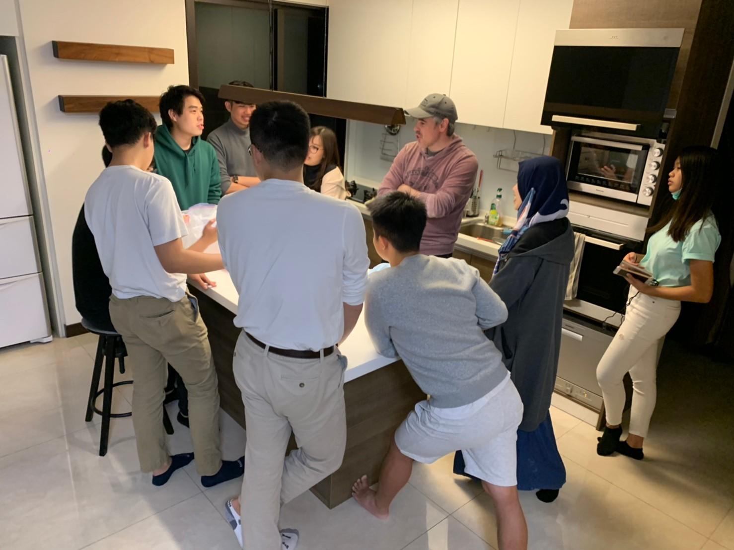 外籍生團契聚會,大家像是一家人,彼此關懷,享受家人般的溫馨感覺。.jpg