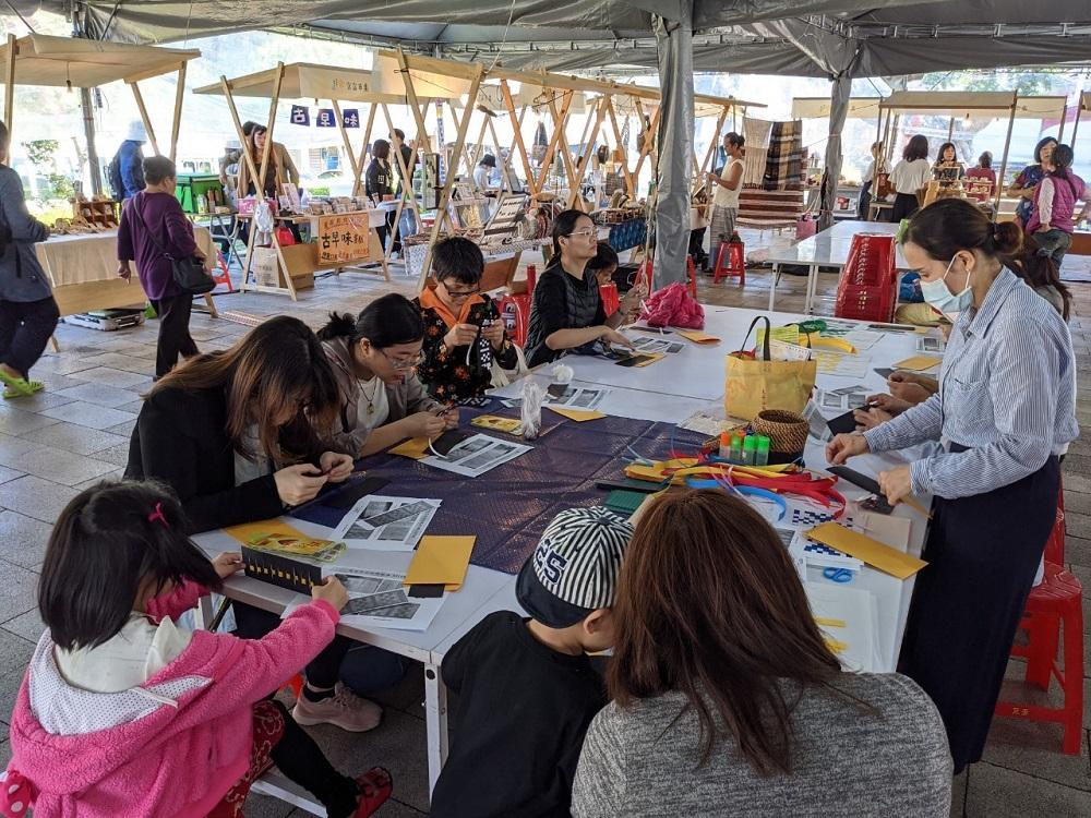 中原大學通識中心舉辦編織工作坊,讓同學可以透過手作紓壓並了解其中樂趣