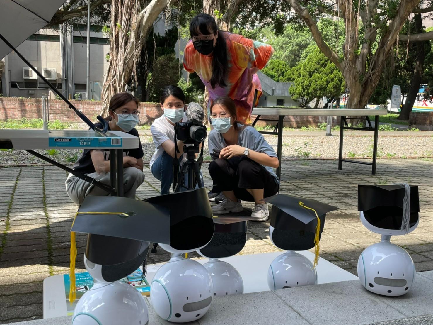 中原大學資管系學生撰寫程式、拍攝影片,為學長姐打造創意機器人畢業典禮。.jpg