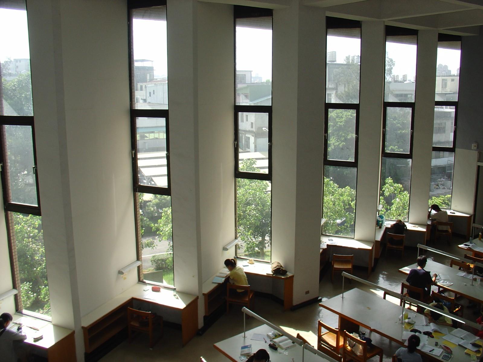 中原大學張靜愚紀念圖書館空間開闊且採光佳,身處其中閱讀是很大的享受。.JPG