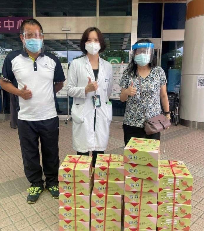 中原資管聲援果農認購拉拉山水蜜桃,並送至部立桃園醫院為醫護人員加油打氣.jpg