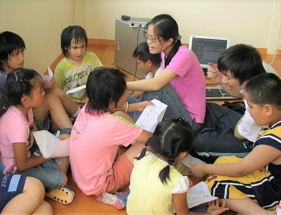 中原大學資管系師生上山教光華部落的原住民小朋友使用電腦,迄今已有長達18年的情誼.jpg