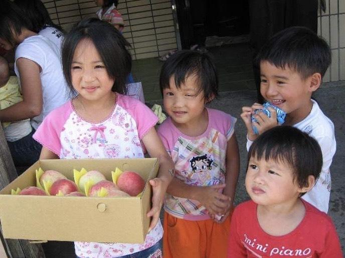 中原資管師生走出教室、用資訊專業協助拉拉山果農網路銷售水蜜桃,致力於縮減數位落差.jpg