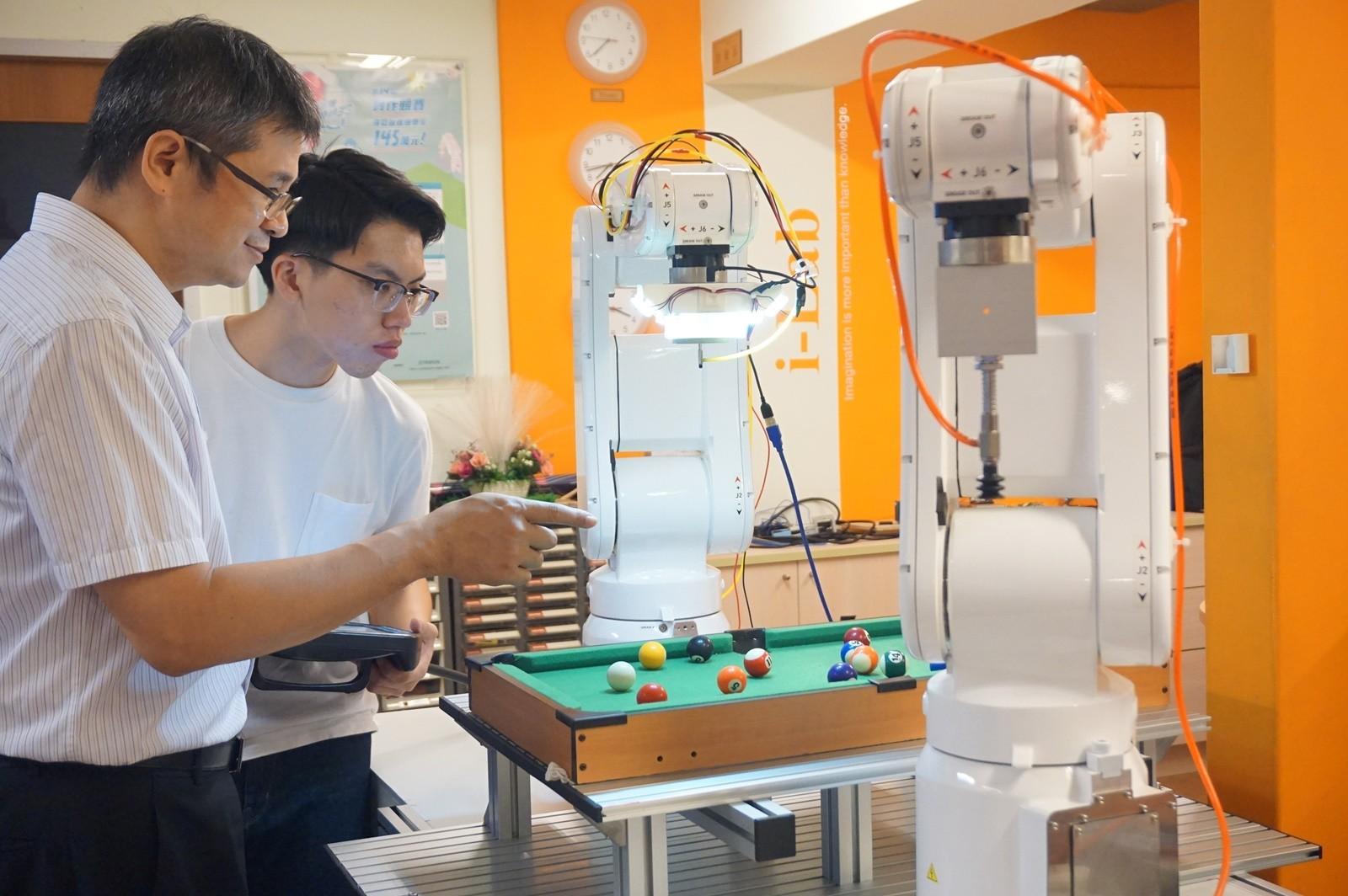 中原大學電機系機器人實驗室,推動產業合作與鏈結,媒合企業前瞻科技人才。(左為電機系主任邱謙松).jpg