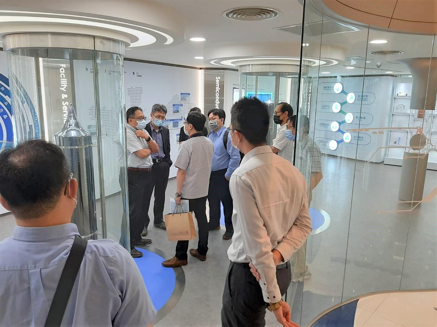 中原大學參訪合晶科技,由李文中技術長解說產品技術及公司發展.jpg