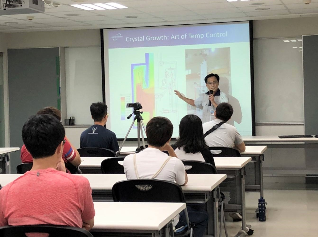 合晶科技每年至中原大學提供專題演講、講座課程,為校園人才培養與職涯就業提供協助.jpg