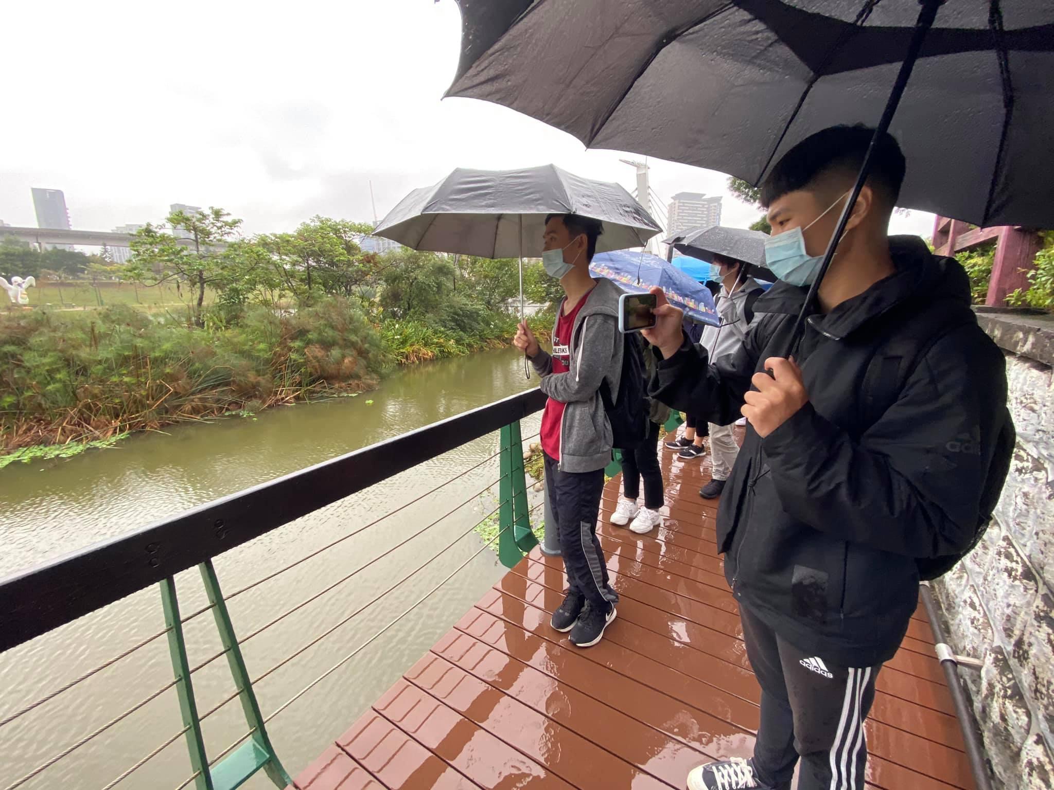中原大學通識課程「生態工程與藝術的對話」,師生參訪青塘園。.jpg