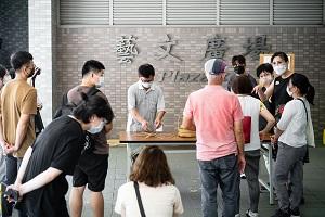工藝師黃啟祥向觀眾展現紮實竹編手法01.jpg