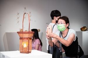 黃啟祥作品「雨絲」加入燈光,增加作品實用性,呈現竹材的溫潤質感.jpg