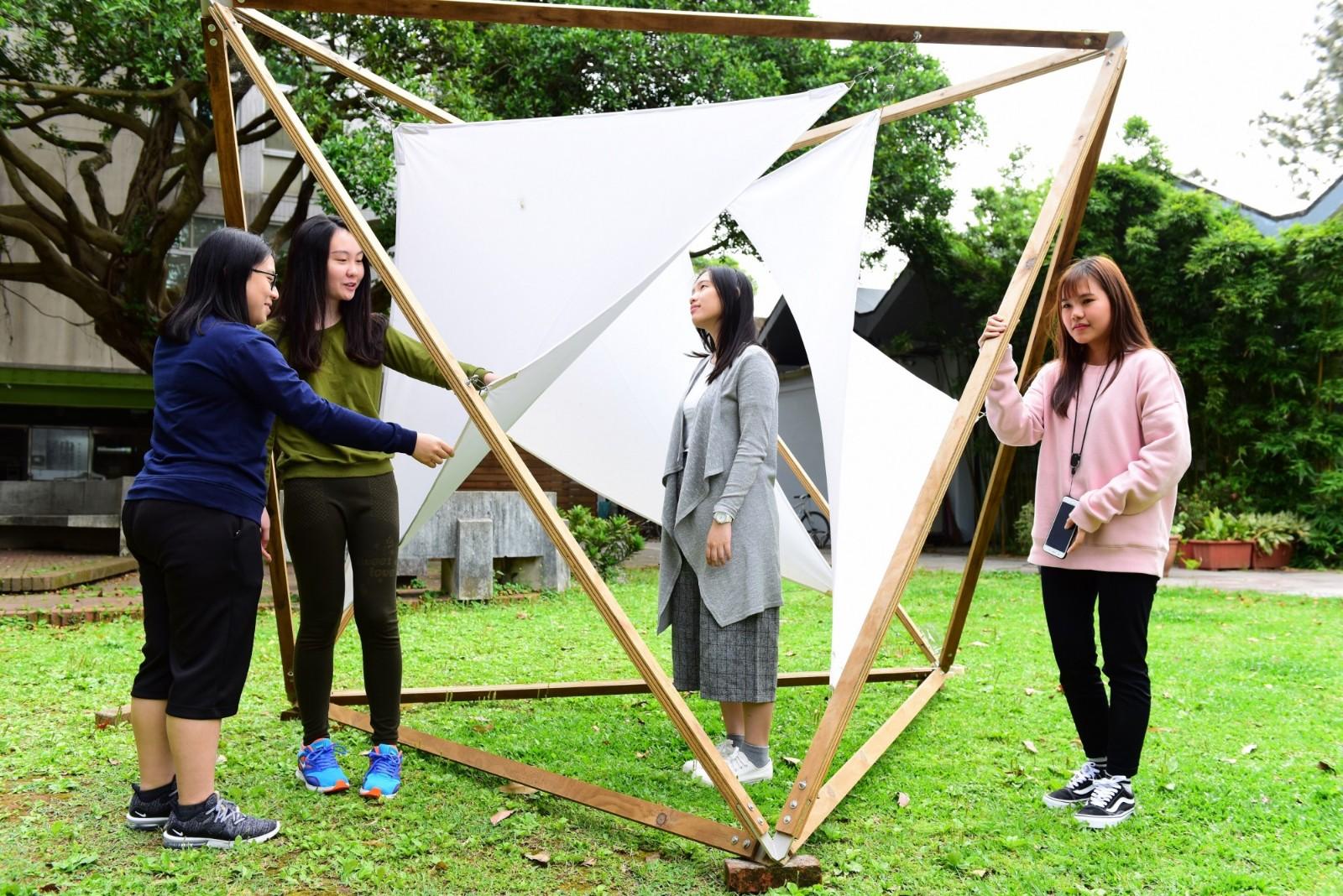 中原大學室設系學生在校園內創作微型裝置藝術,開啟師生與大自然的對話。.jpg