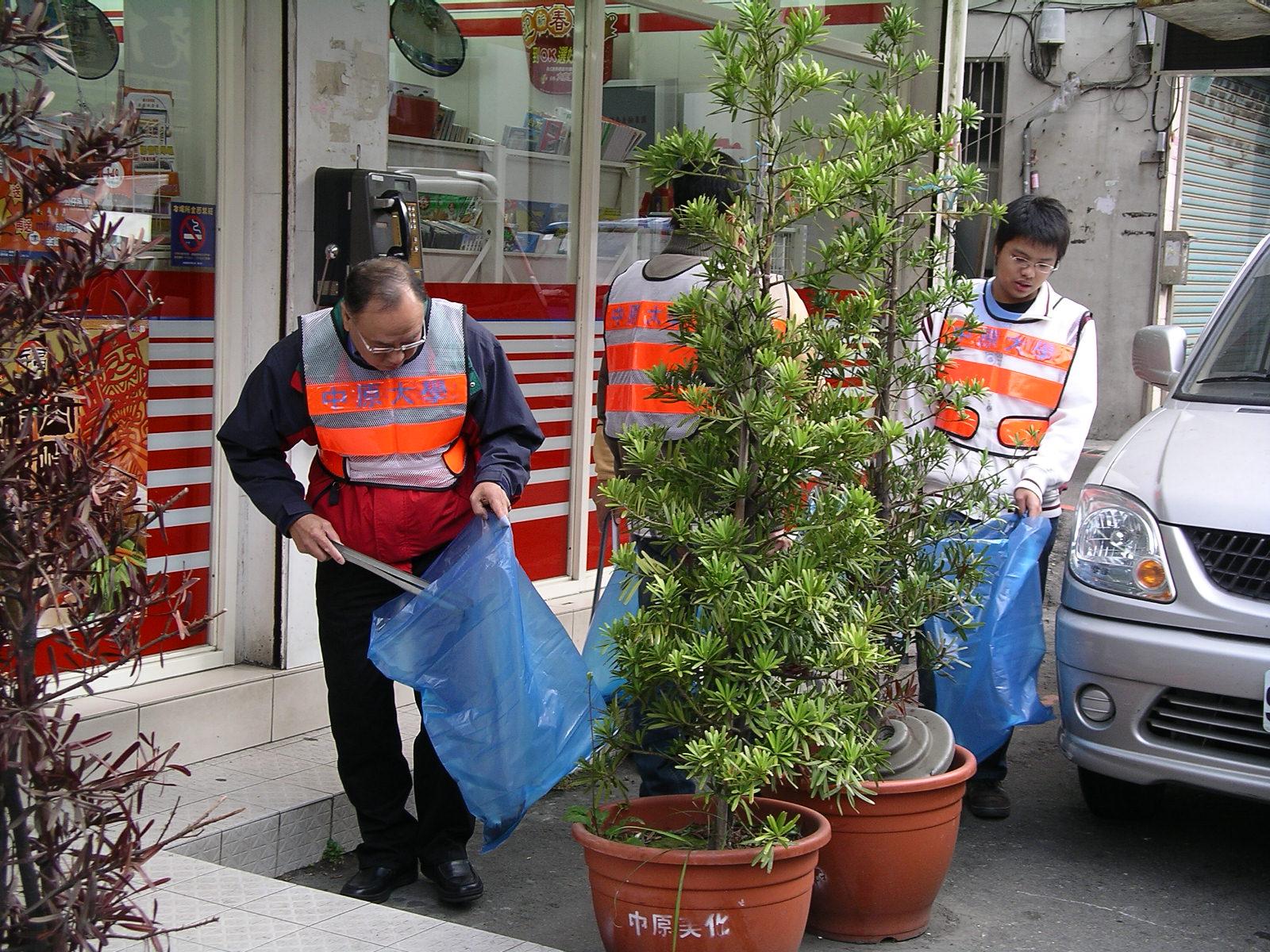 響應國家清潔週 中原大學程校長帶隊清掃社區環境
