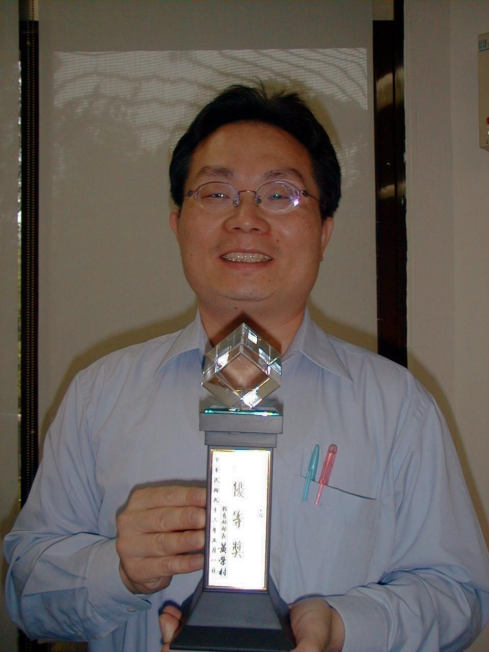 化學系基礎科學執行計畫 - 王宏文獲優良評鑑