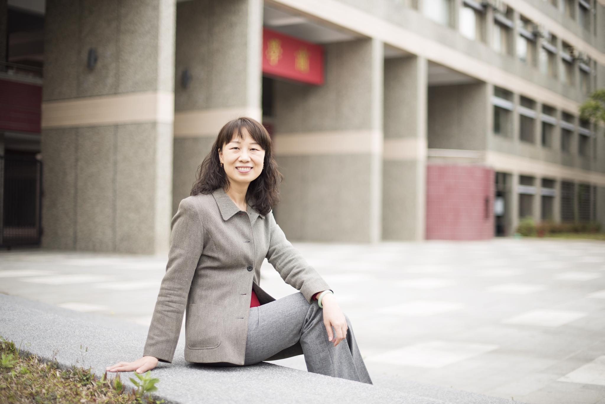 《107學年度優良導師專題報導》企管系邱雅萍:挑戰困難的事情,掌握成長的契機!