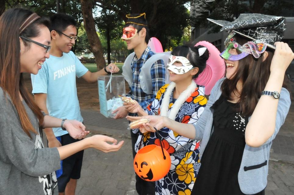 學生彩繪面具嘉年華 萬聖節募集發票做公益