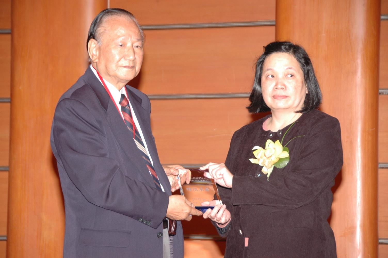 中原大學圖書館員張千賀 獲「98年全國圖書館績優編目工作人員」