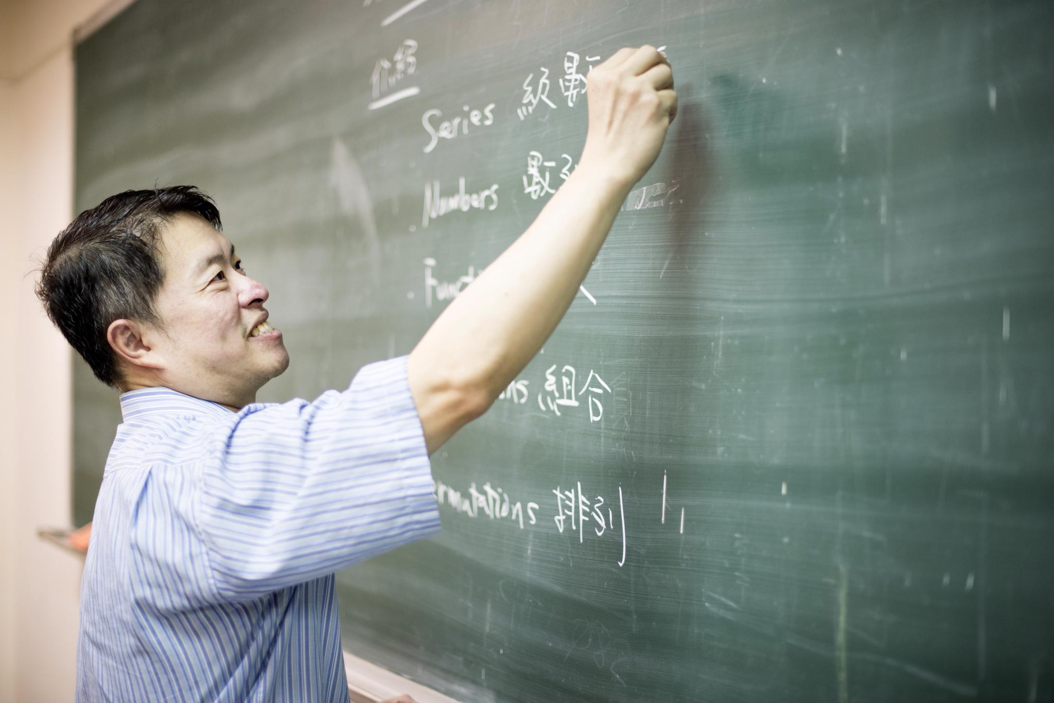 106教學特優教師專題報導─資訊系張元翔:堅持手寫板書  融合蘇格拉底教學法擄獲學生的心