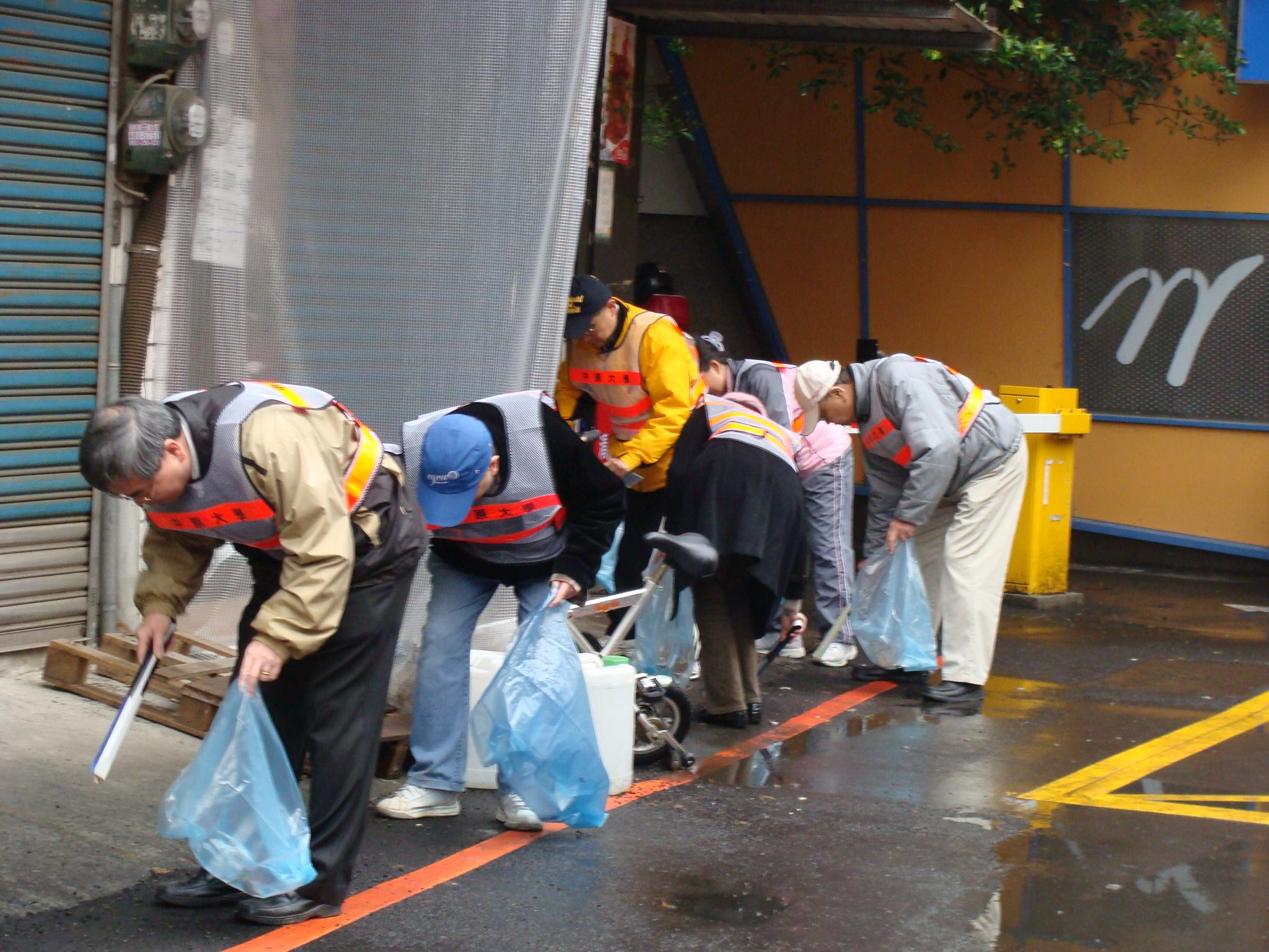 歲末年終大掃除 中原大學校長帶頭清潔社區環境