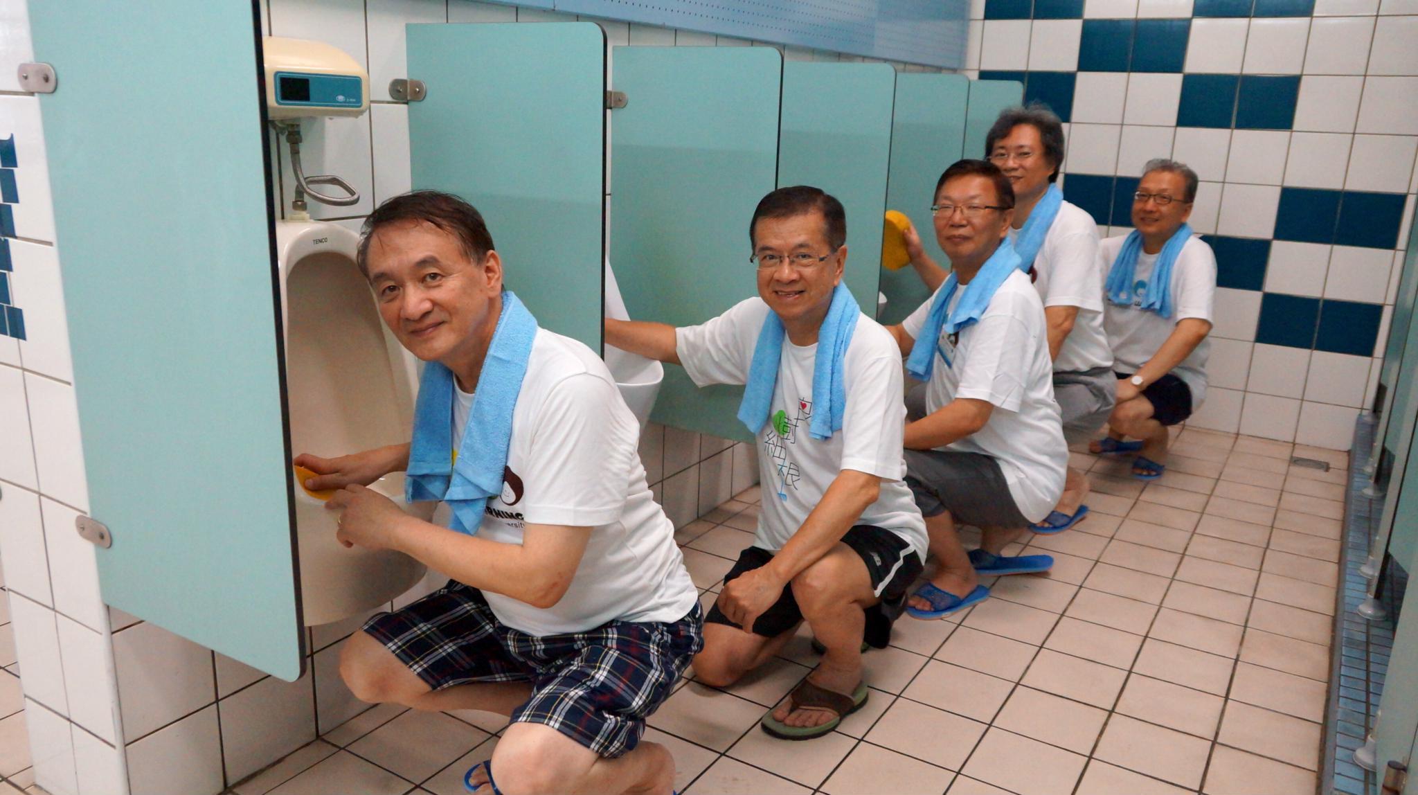慶祝友善校園獲獎、私校獎補助全國第一 校長帶領師生掃廁所