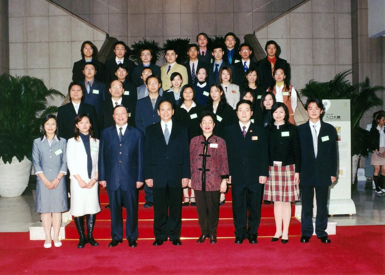 93年大專優秀青年 - 黃惠玟獲全國表揚