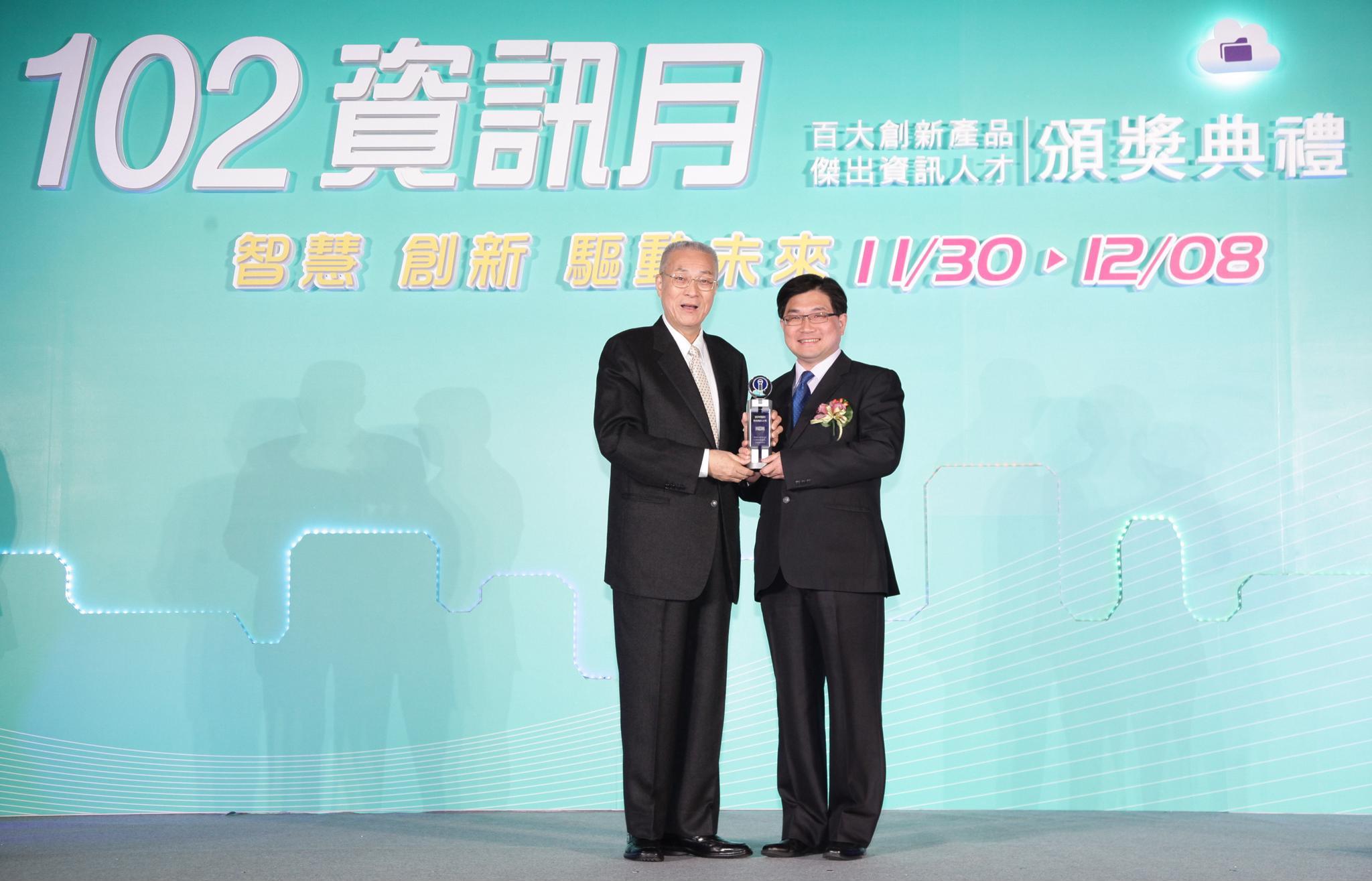 賀!資管系吳肇銘教授榮獲「傑出資訊人才獎」及「百大MVP經理人」雙獎項!