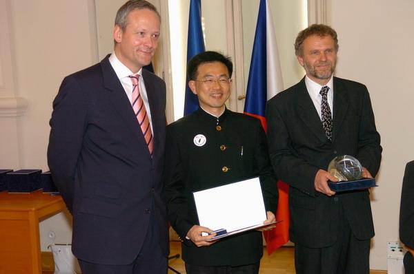 資管系高嵩明校友 榮獲捷克「國家之友獎」