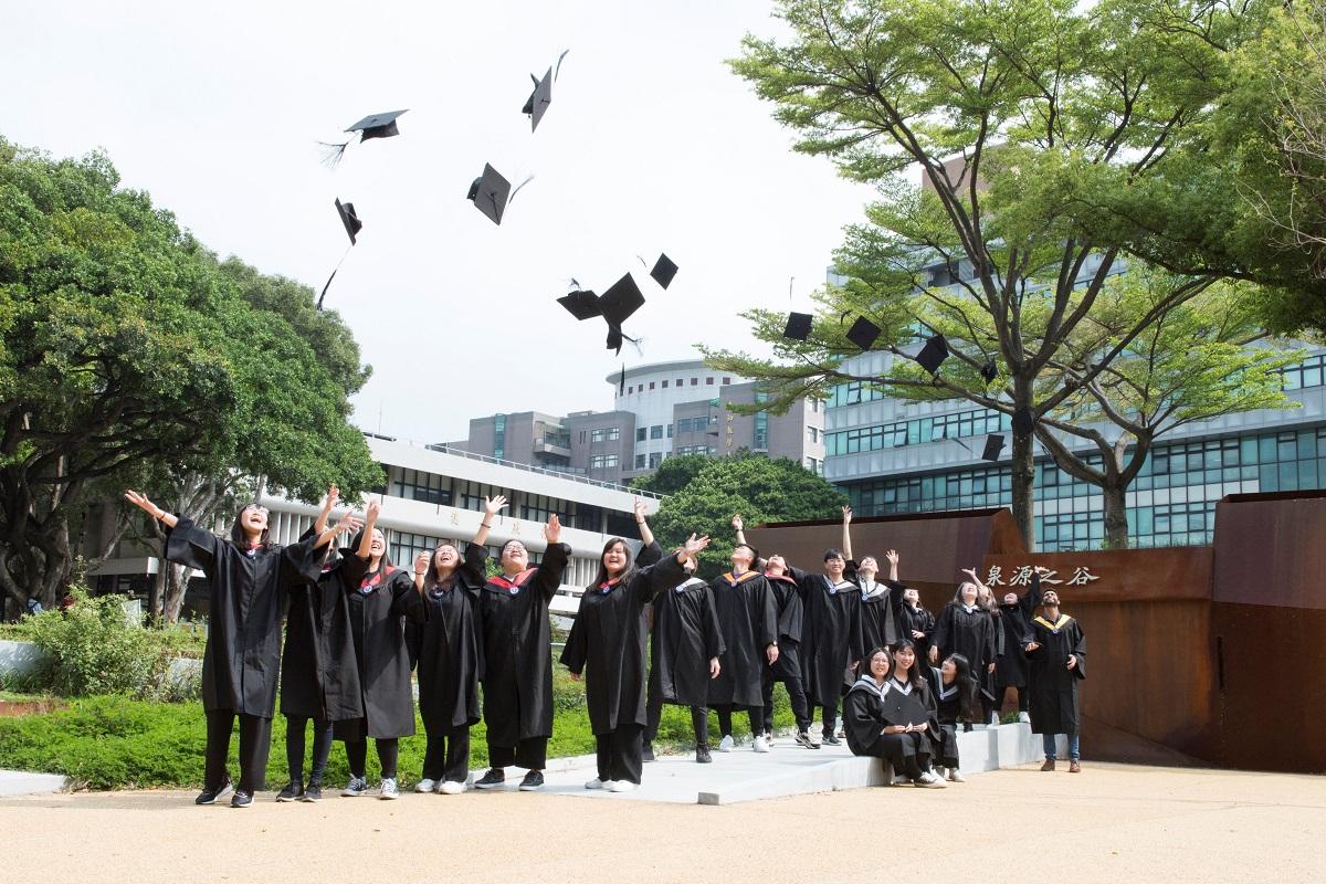 中原大學線上畢業式+機器人登場  祝福畢業生「敢於突破、淬煉不凡」