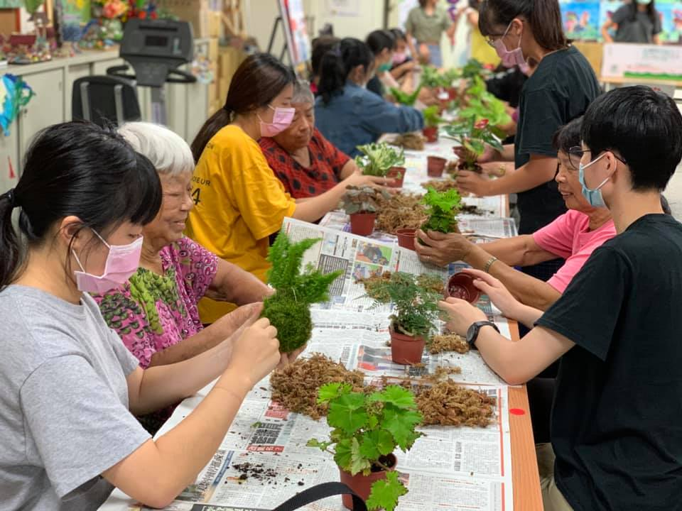 中原景觀系「青銀同樂」苔球工作坊 農村爺奶與大學生一起當同學!