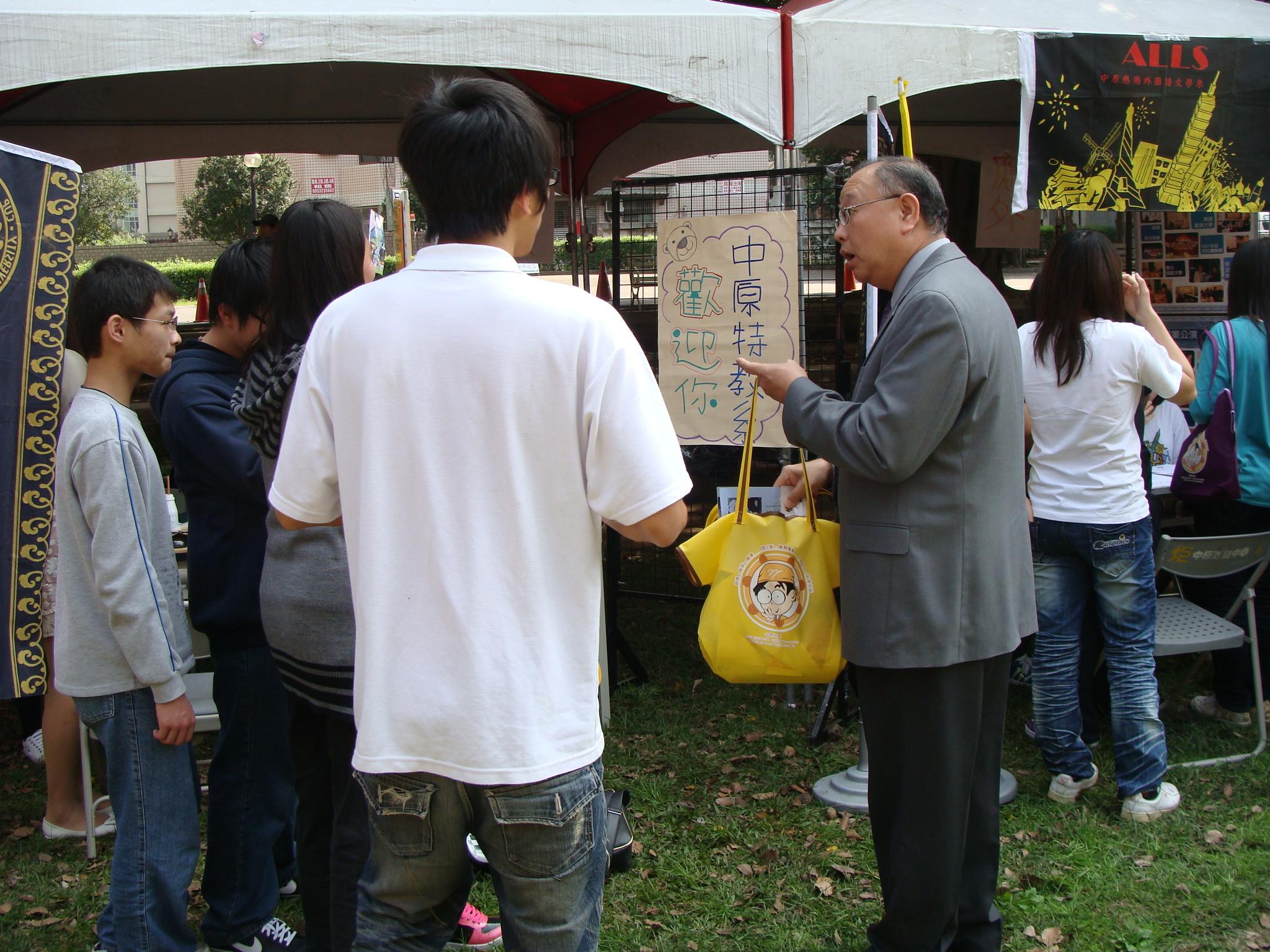 中原大學辦院系博覽會 協助高中生選擇合適科系