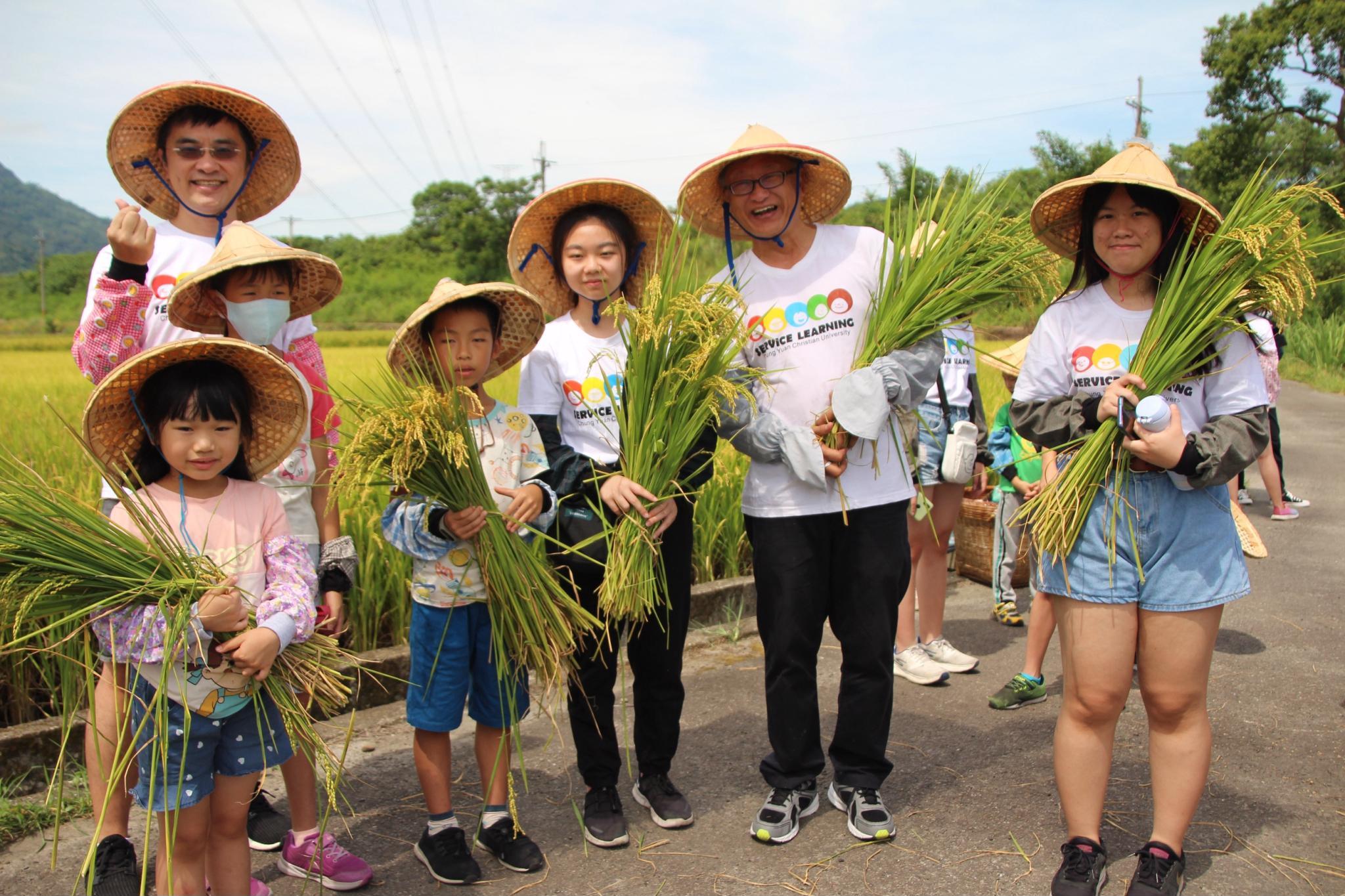 中原大學「小農夫體驗營」 與復旦高中一起將教室搬進稻田!
