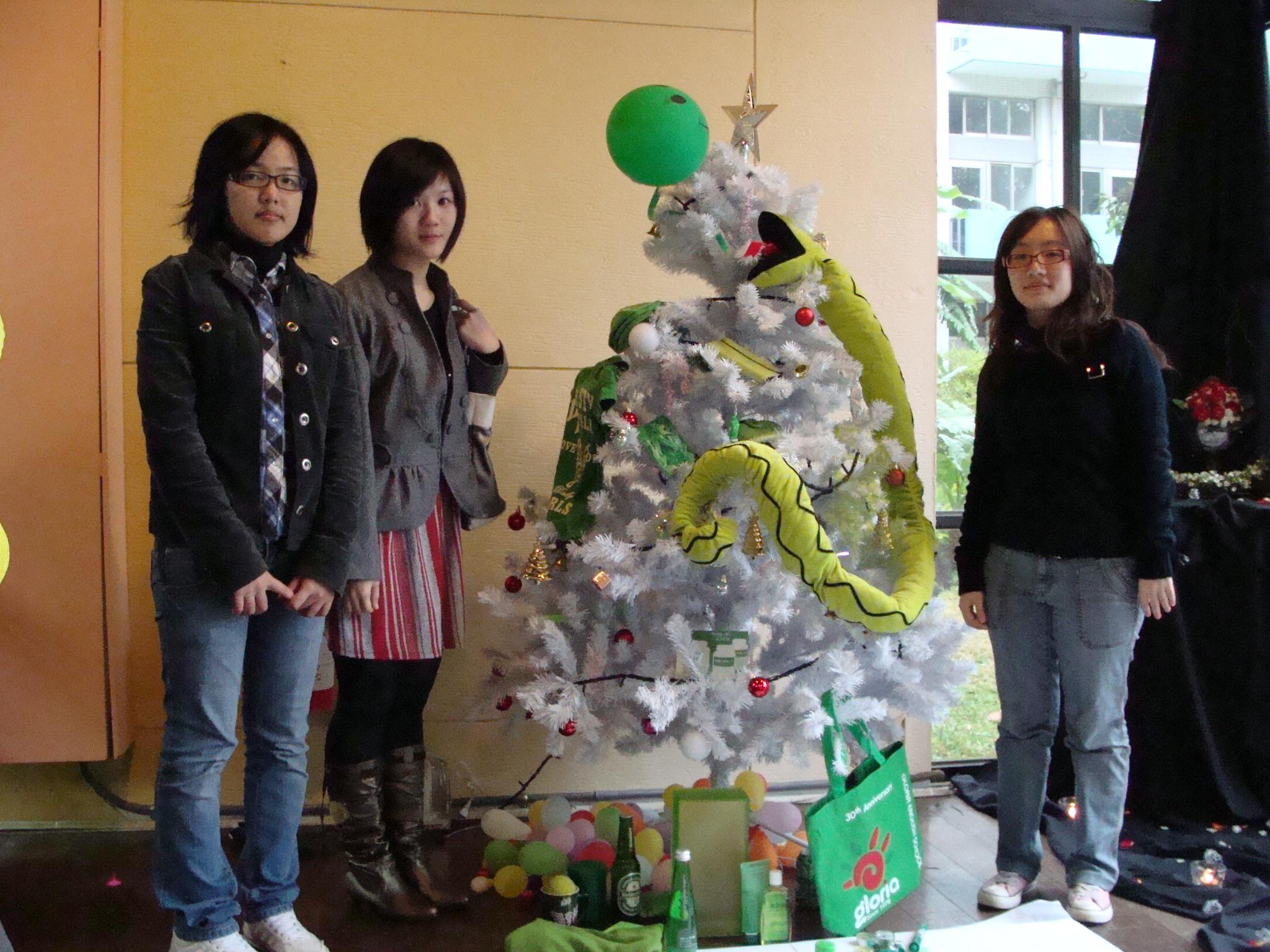 中原大學室設系以生活物件妝點聖誕樹 環保又有創意