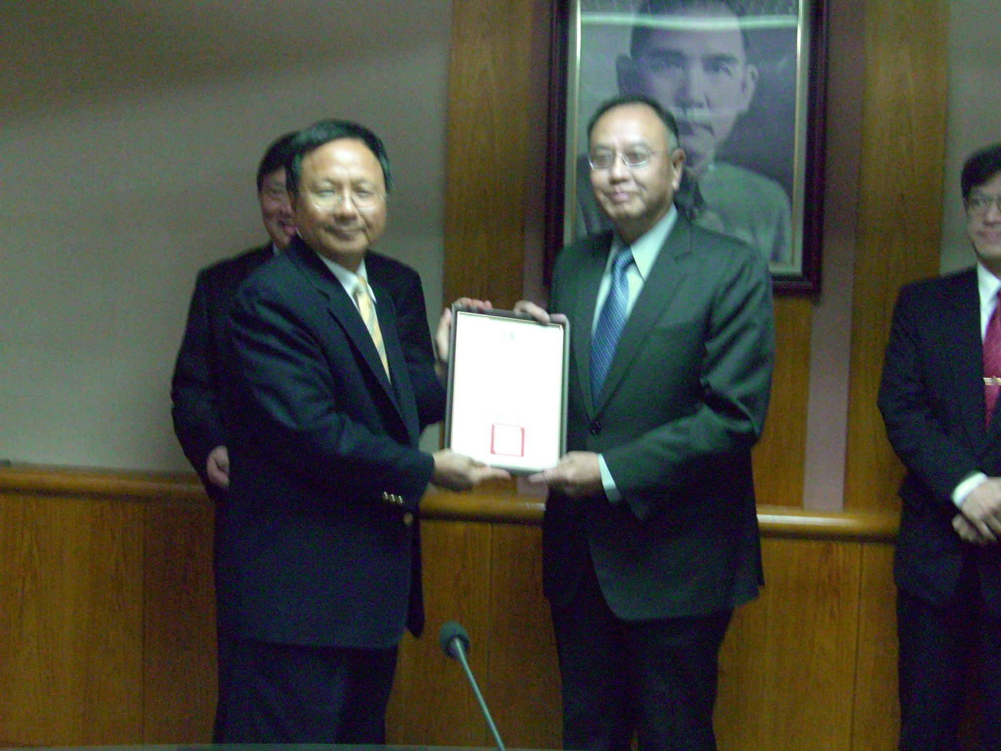 中原大學榮獲教育部產學合作績優學校表揚 獲頒130萬元獎勵金