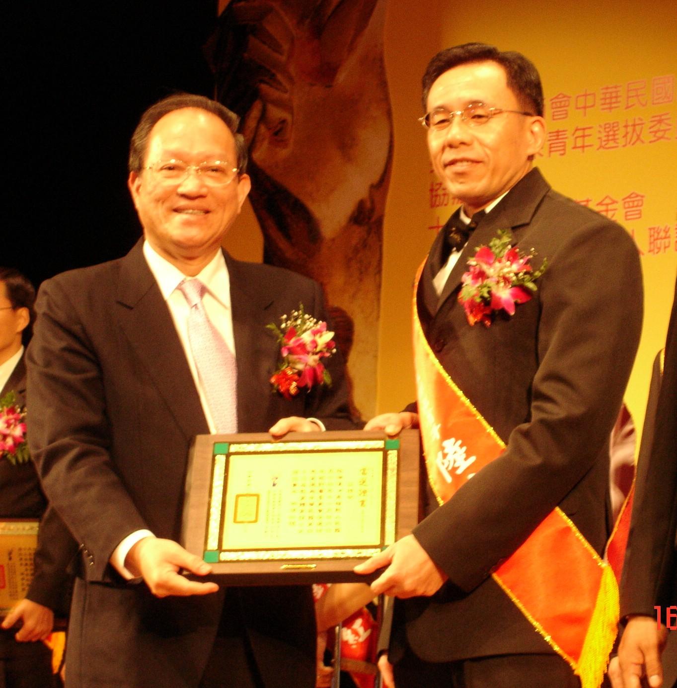 電子系陸瑞漢校友獲頒 中華民國第43屆十大傑出青年